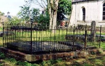 Vierhuizen 2124 - Graf 22 is op de foto het tweede graf van links